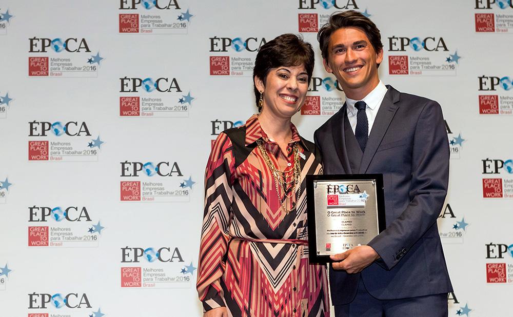 Margarete da Costa Ribeiro, gerente de Recursos Humanos da CLAMED, recebendo o prêmio Melhores Empresas para Trabalhar 2016 em evento da revista Época